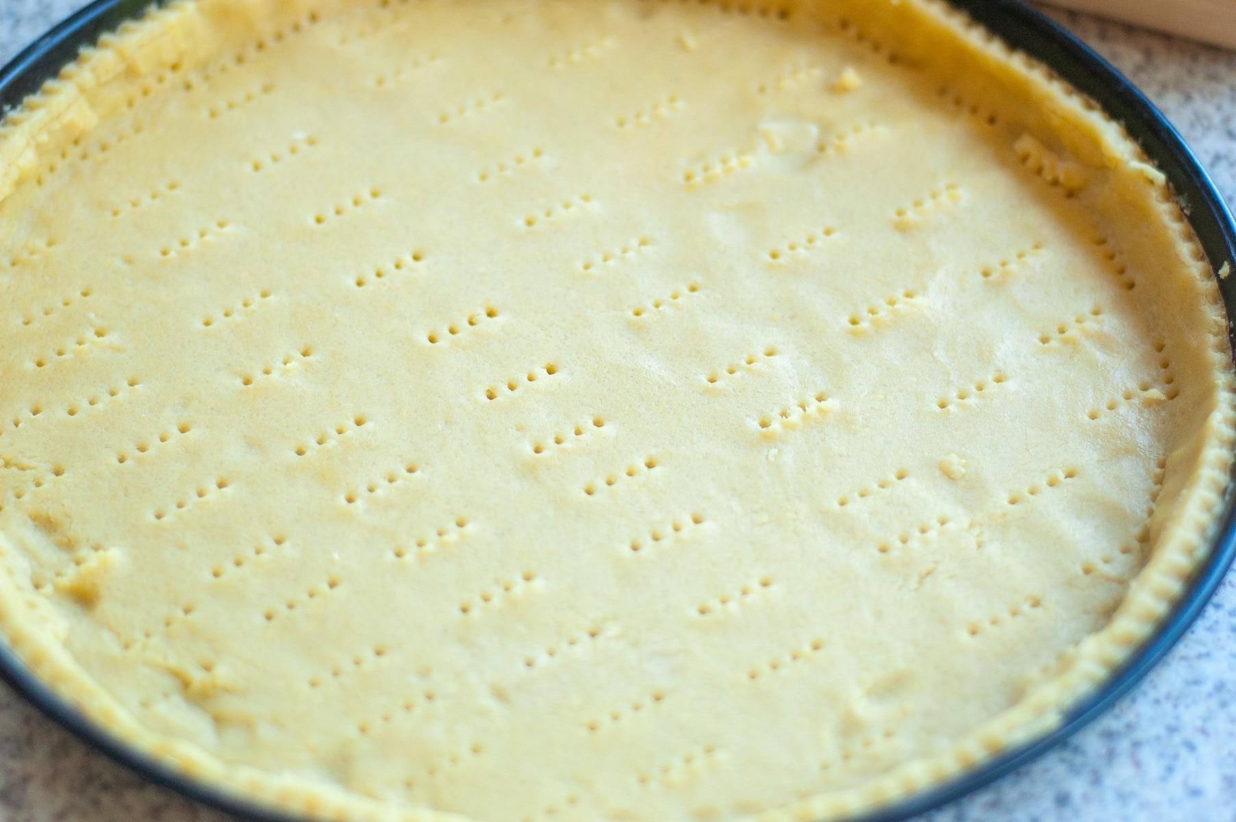 Forma wyłożona surowym ciastem