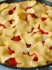 Tarta z truskawkami jeszcze z surowymi płatami ciasta