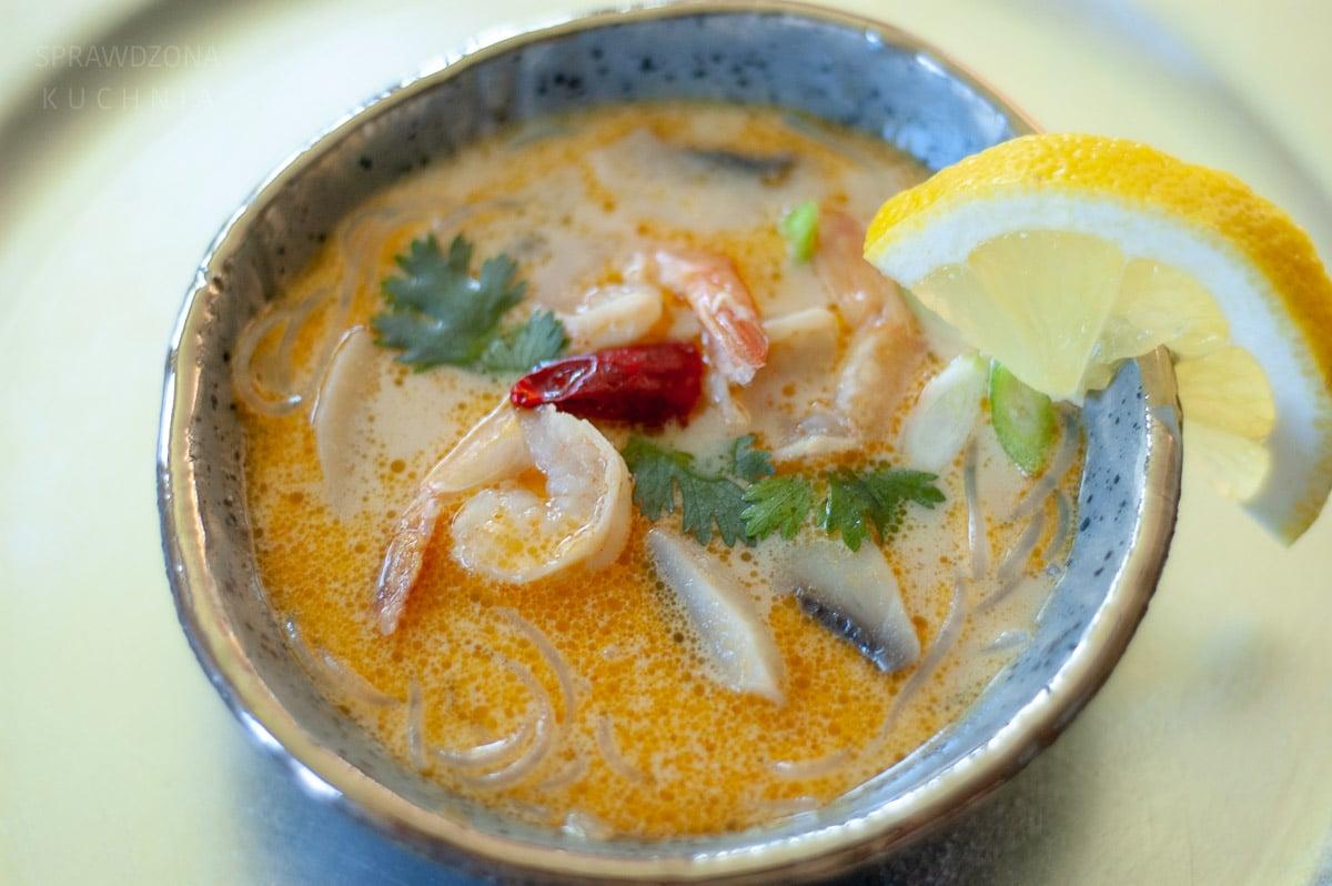 Zupa w misce z krewetkami, makaronem i innymi dodatkami