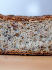 kromka chleba z ziarnami