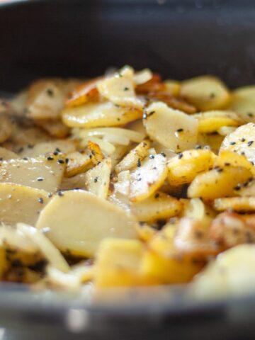 smażone ziemniaki na patelni