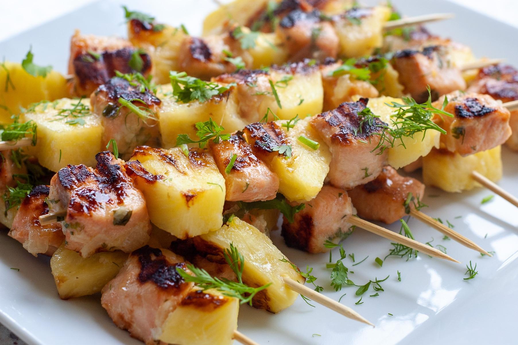 soczyste szaszłyki z łososiem i ananasem