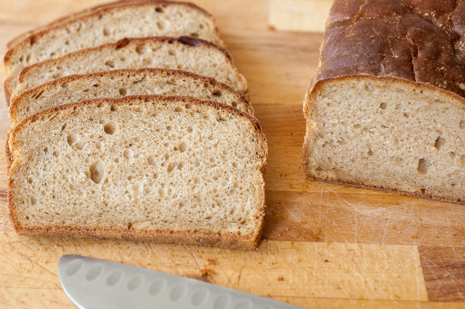 kromki chleba na desce