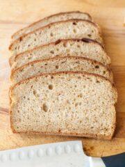kromki chleba ułożone jedna na drugiej