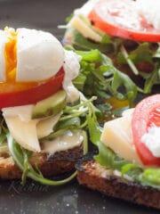 Trzy grzanki z jajkiem po benedyktyńsku na talerzu.