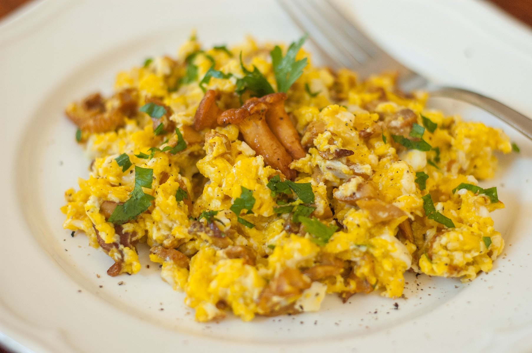 Jajecznica z kurkami i natką pietruszki