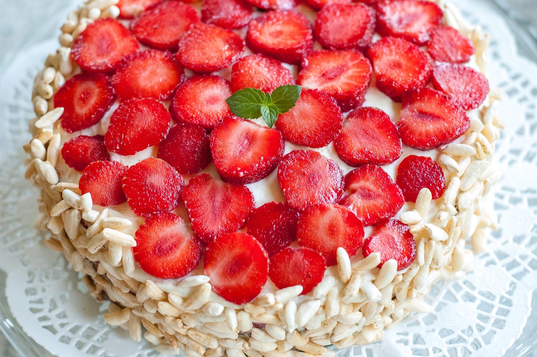 Tort udekorowany truskawkami