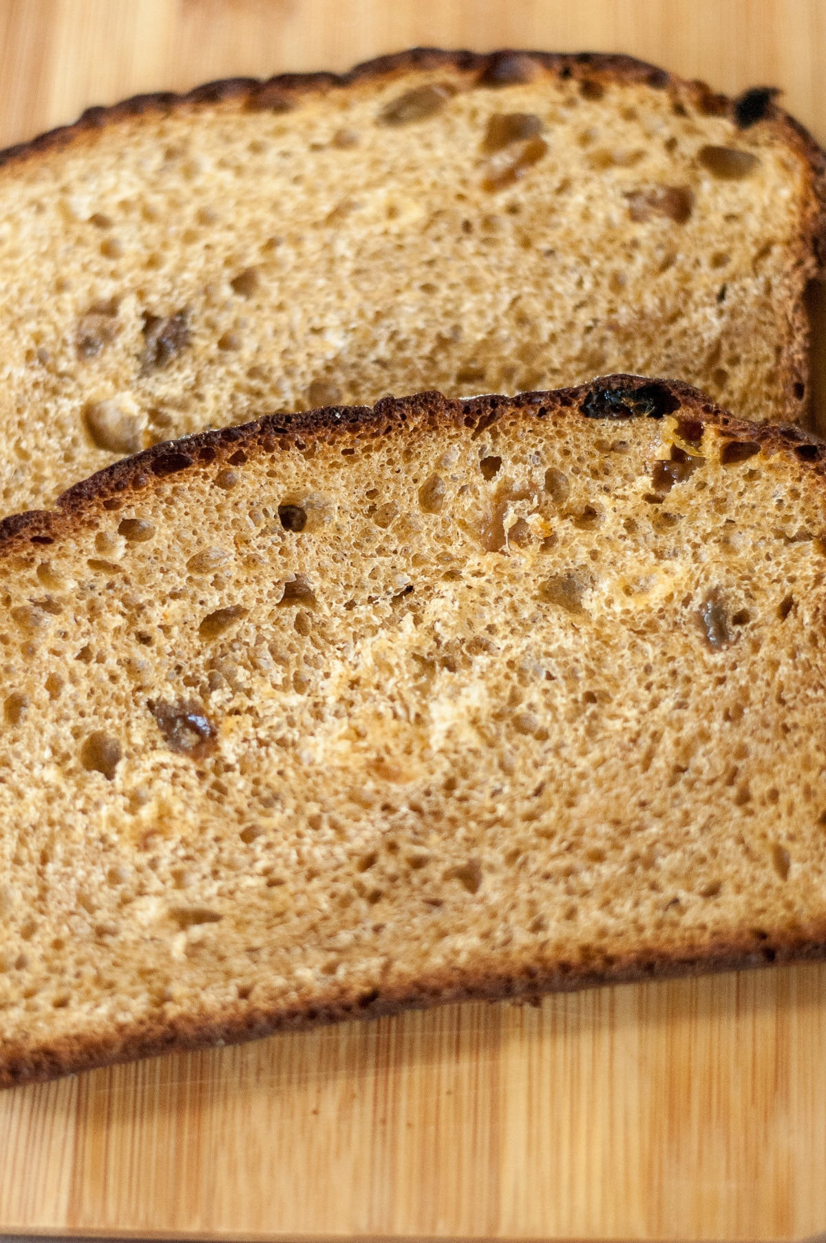 ciemne kromki chleba z rodzynkami