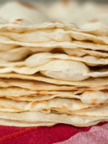 stos świeżych rumianych tortilli