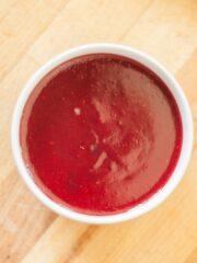 miseczka z czerwonym malinowym dżemem
