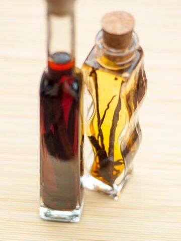 Ekstrakt waniliowy w buteleczkach z widocznymi laskami wanilii