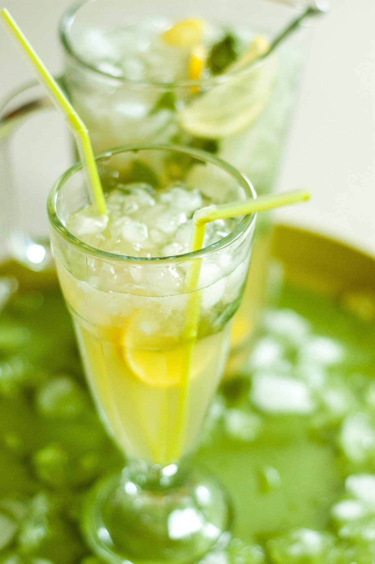 Napój imbirowo cytrynowy z dużą ilością lodu