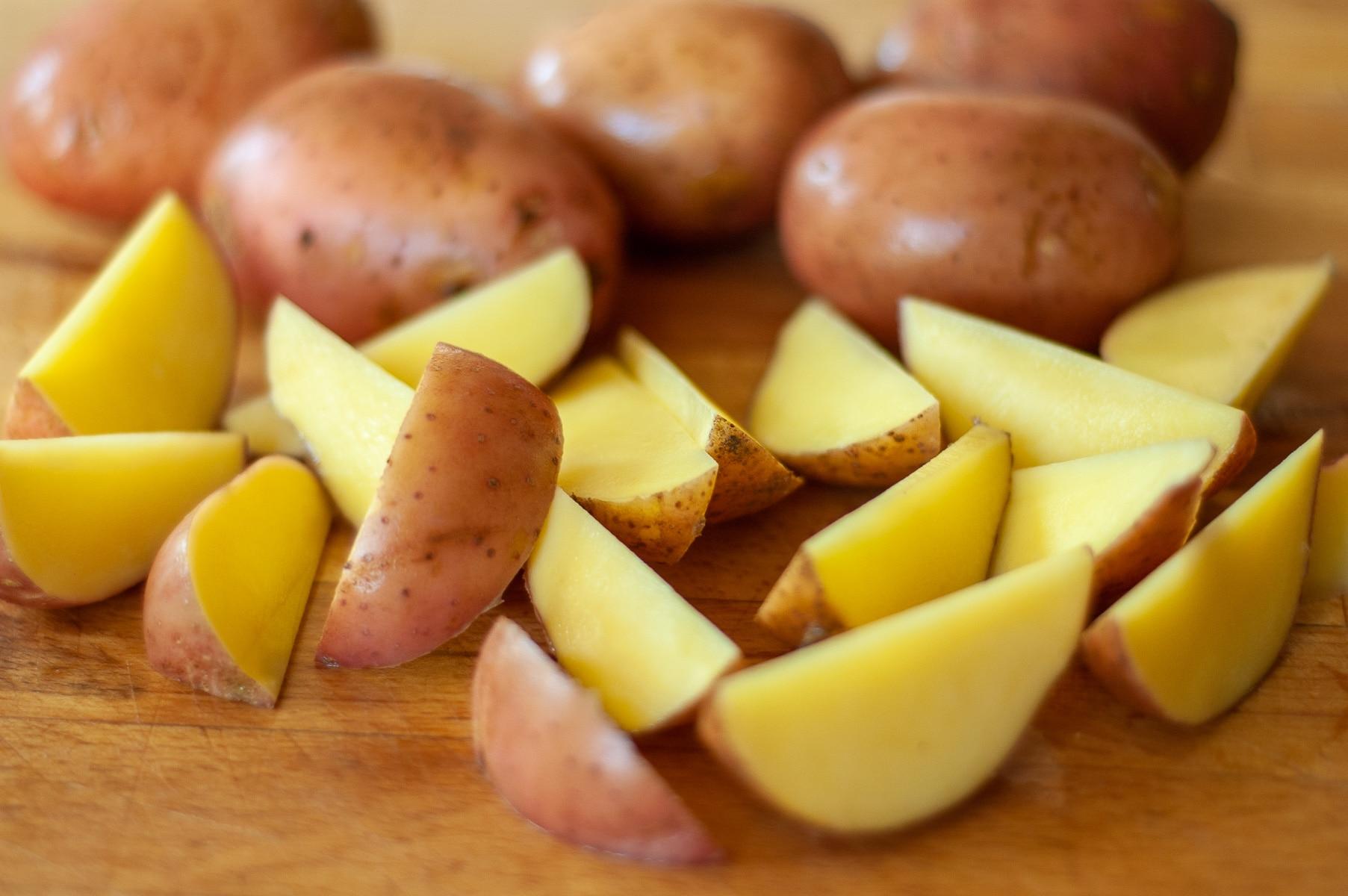 surowe ziemniaki krojona w małe łódeczki