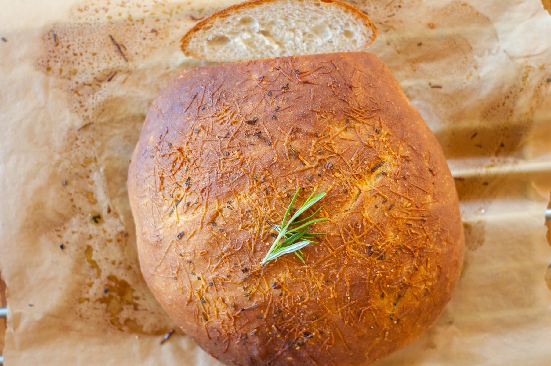 rumiany chleb widok z góry