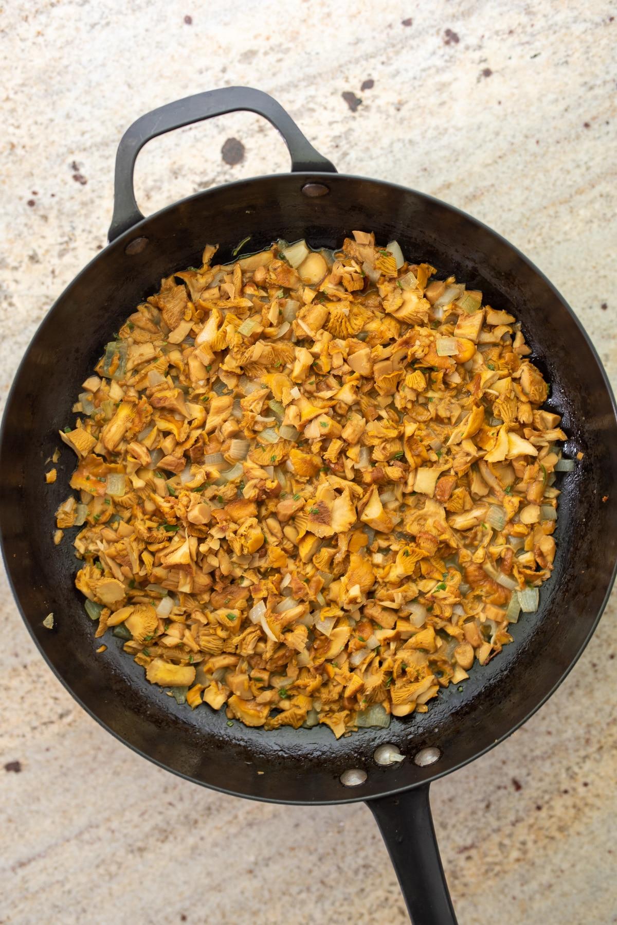 na patelni podsmażone kurki z cebulą i przyprawami