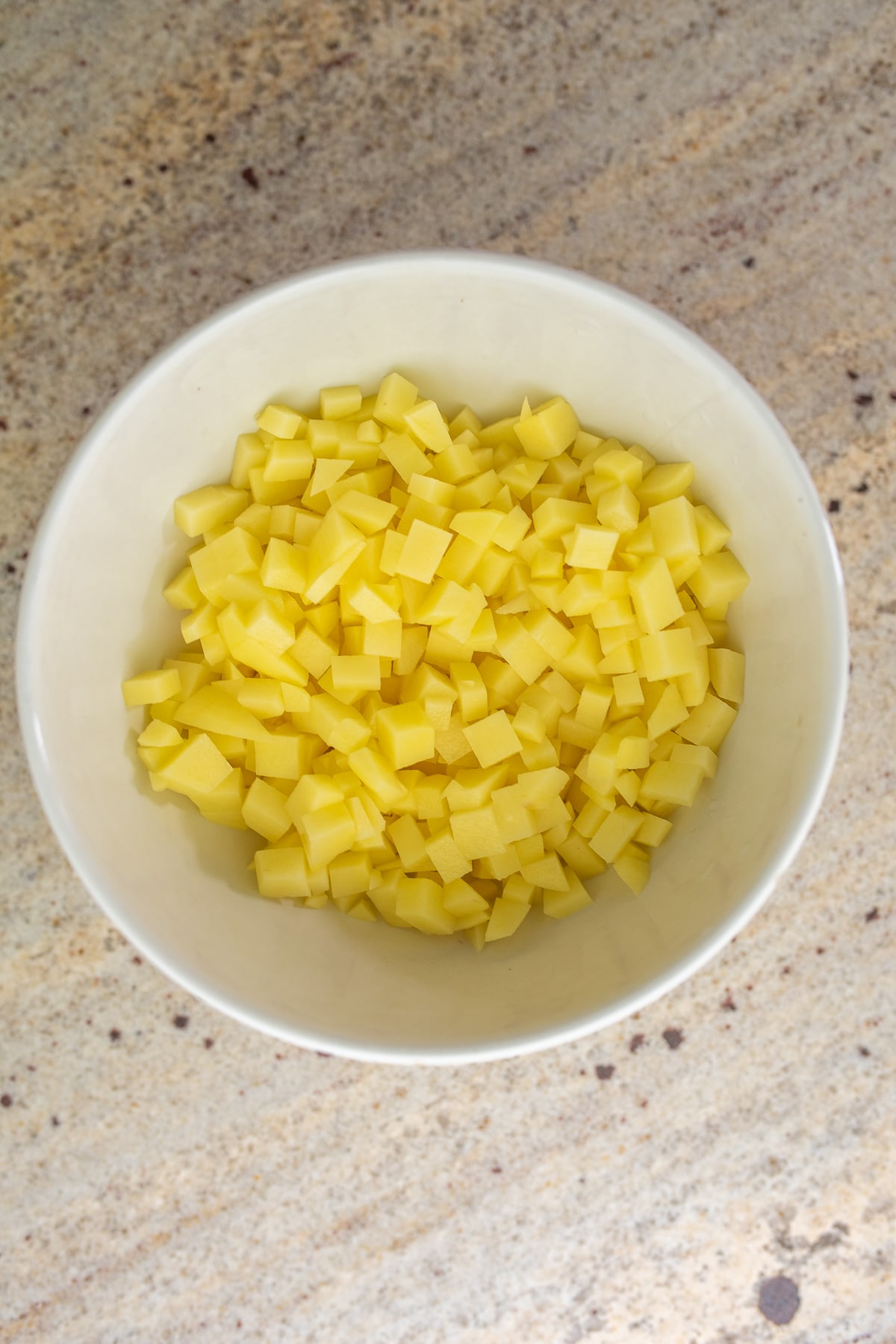 ziemniaki pokrojone w drobną kostkę