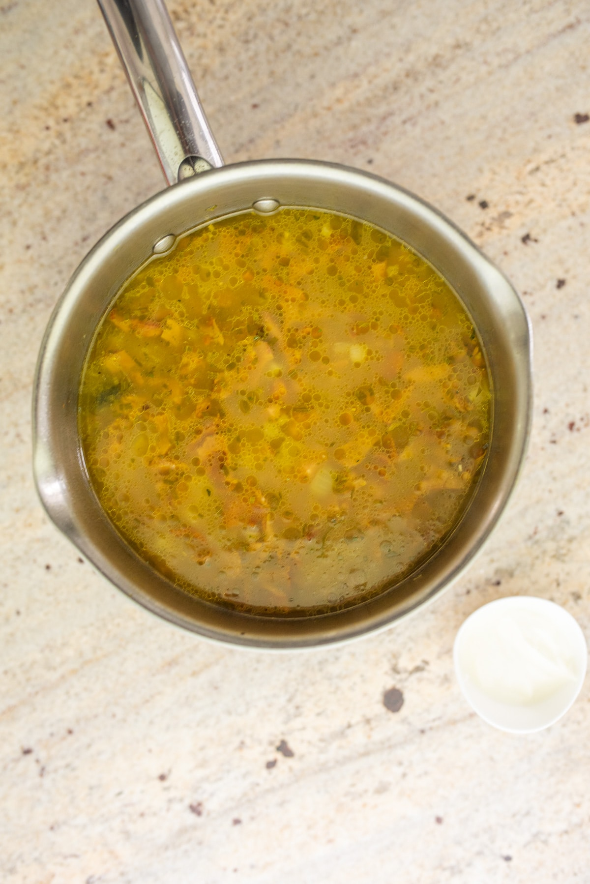 zupa w garnku obok śmietana