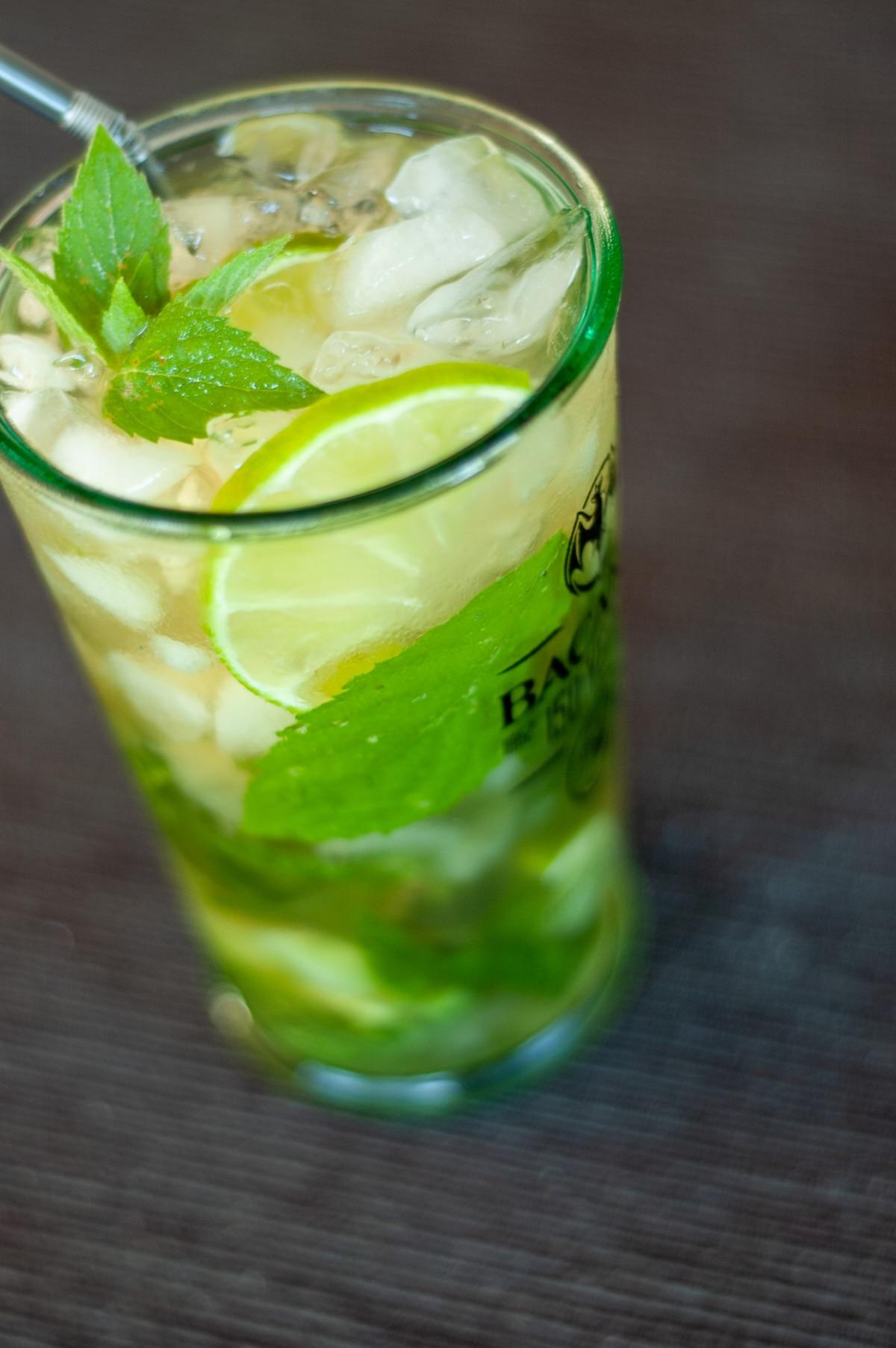 Drink mojito w szklance z kruszonym lodem, limonką i miętą