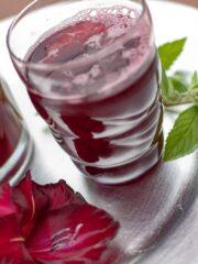 napoj z czarnej porzeczki i miety