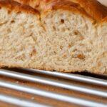 chleb przekrojony na pół