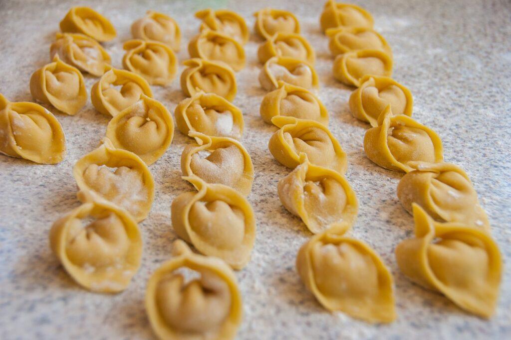 surowe tortellini ułożone jeden za drugim