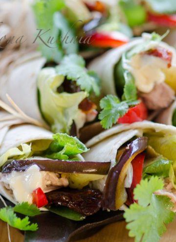 Tortille zwijane z tunczykiem, grillowanym baklazanem