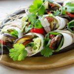 Tortille zwijane z tuńczykiem, grillowanym bakłażanem