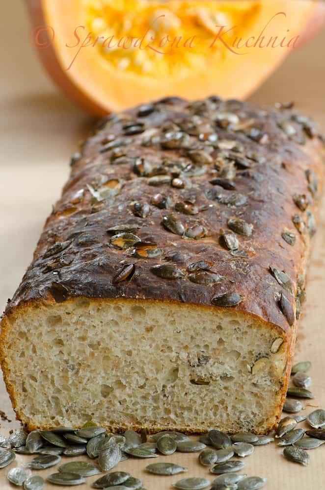 Chleb z prażonymi pestkami dyni, widoczny środek miękkiego chleba z ziarenkami