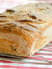 Delikatny chleb z koperkiem i ricottą
