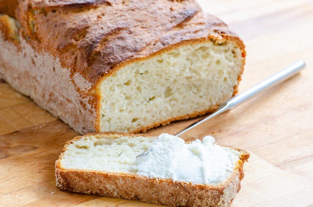 kromka chleba z białym serkiem
