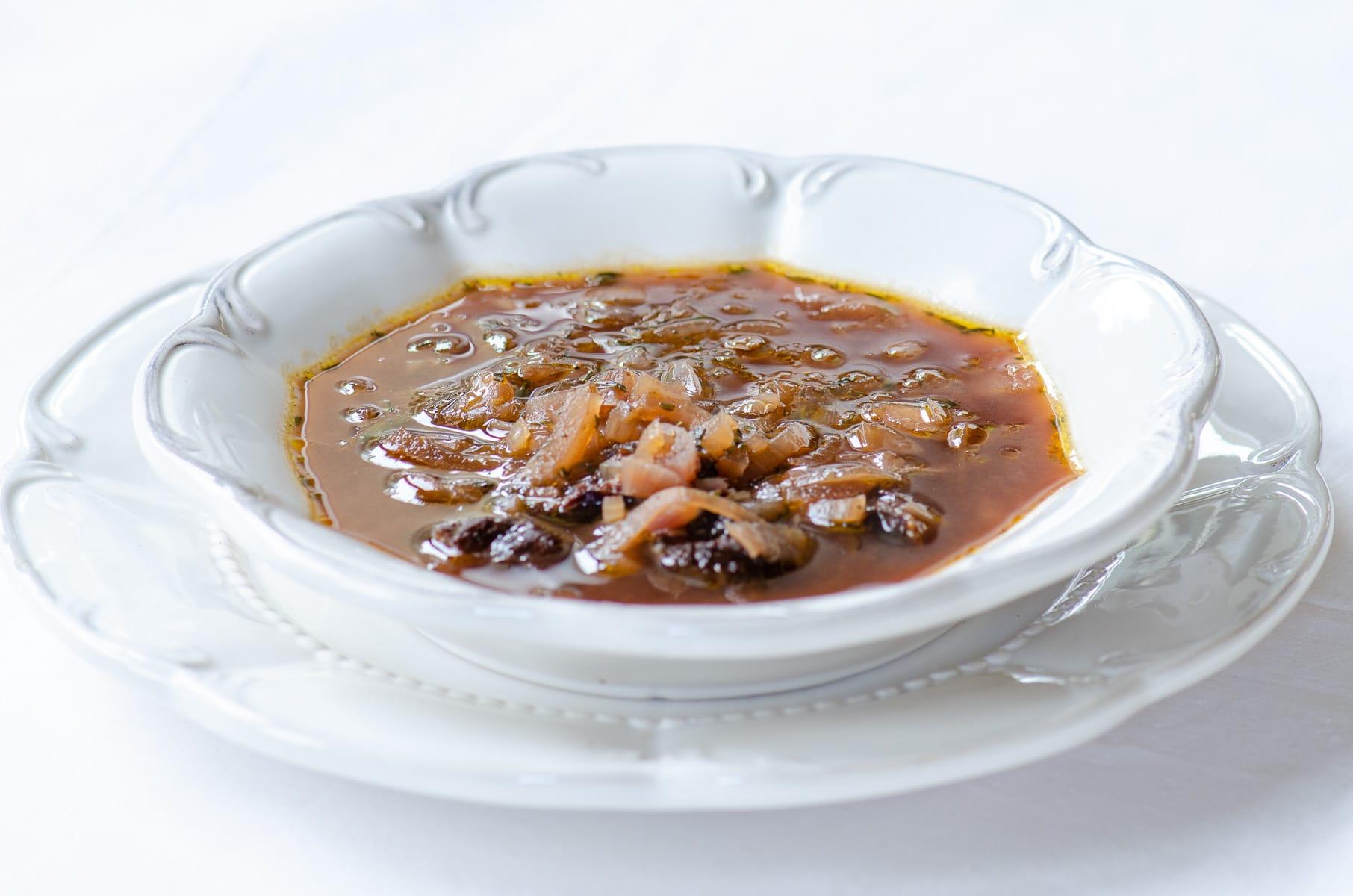 Talerz zupy z czerwonej cebuli i suszonych śliwek