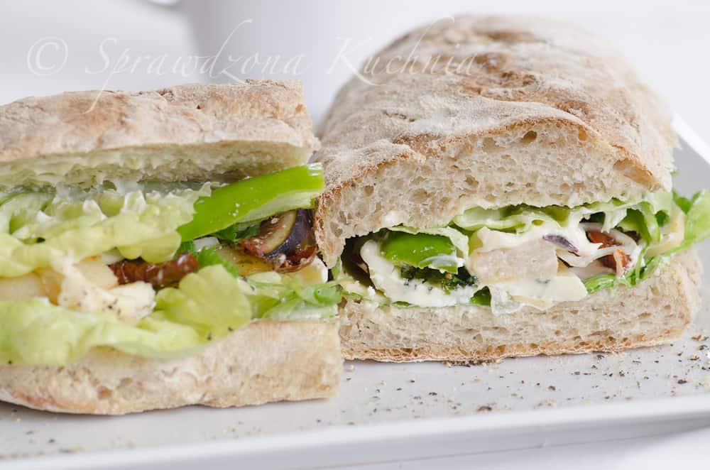 bagietka z grillowaną gruszką pokazana w przekroju z sałatą, serem, pomidorami