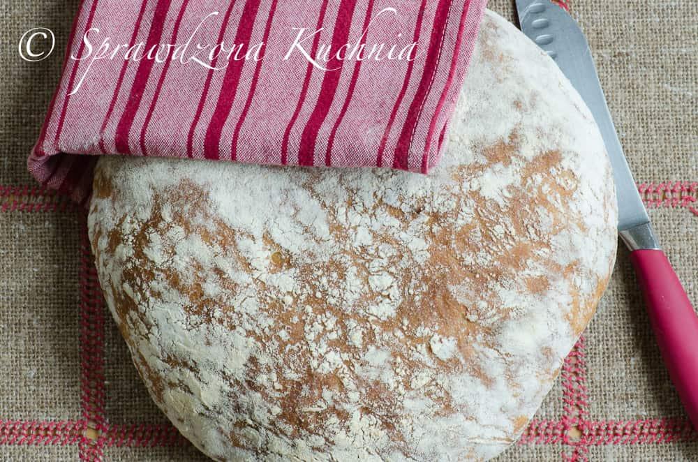 widok chleba z góry na okrągły bochenek