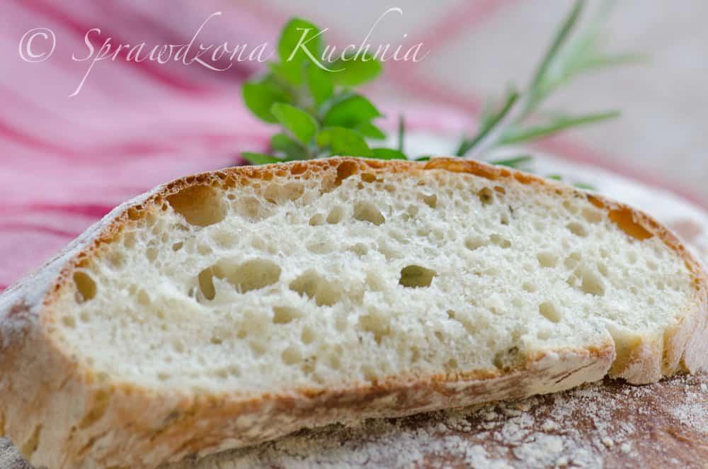 kromka białego chleba z pięknymi dziurkami i przyrumienioną skórką