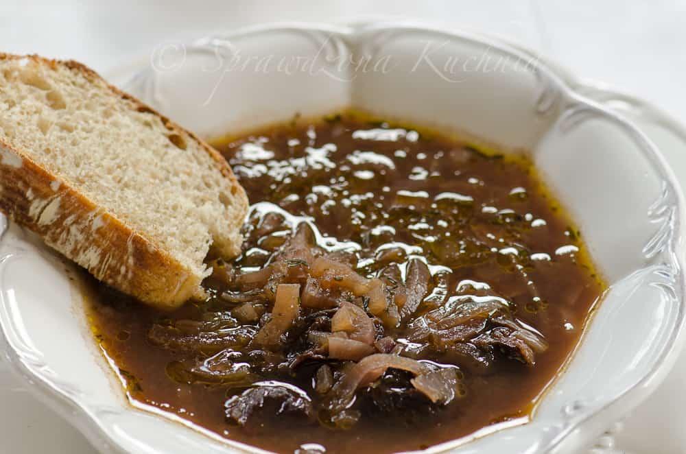Zupa z czerwonej cebuli i suszonych śliwek