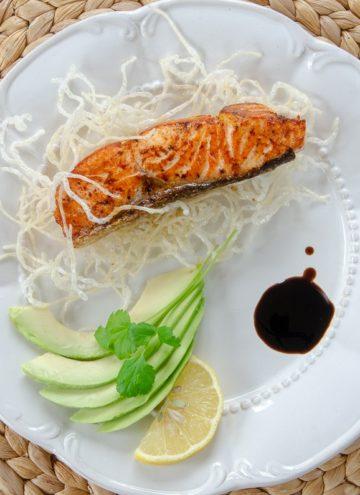 Cytrusowy losos na ryzowym chruscie