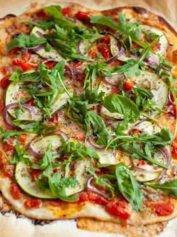Pizza z cukinią i chilli, widok z góry