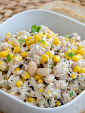 sałatka z tuńczykiem, ryżem , kukurydzą podana w miseczce