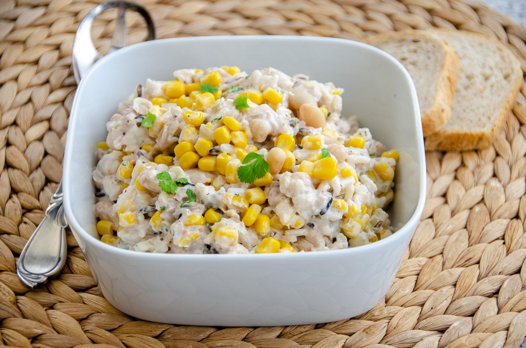 sałatka z tuńczykiem ryżem i kukurydzą