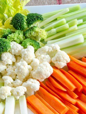 warzywne przekąski, marchewki, brokuł, kalafior, kalarepa pocięta na słupki