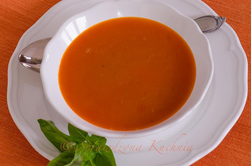 Krem pomidorowy w białej misce.