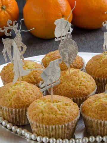 muffinki pomarańczowe na talerzu