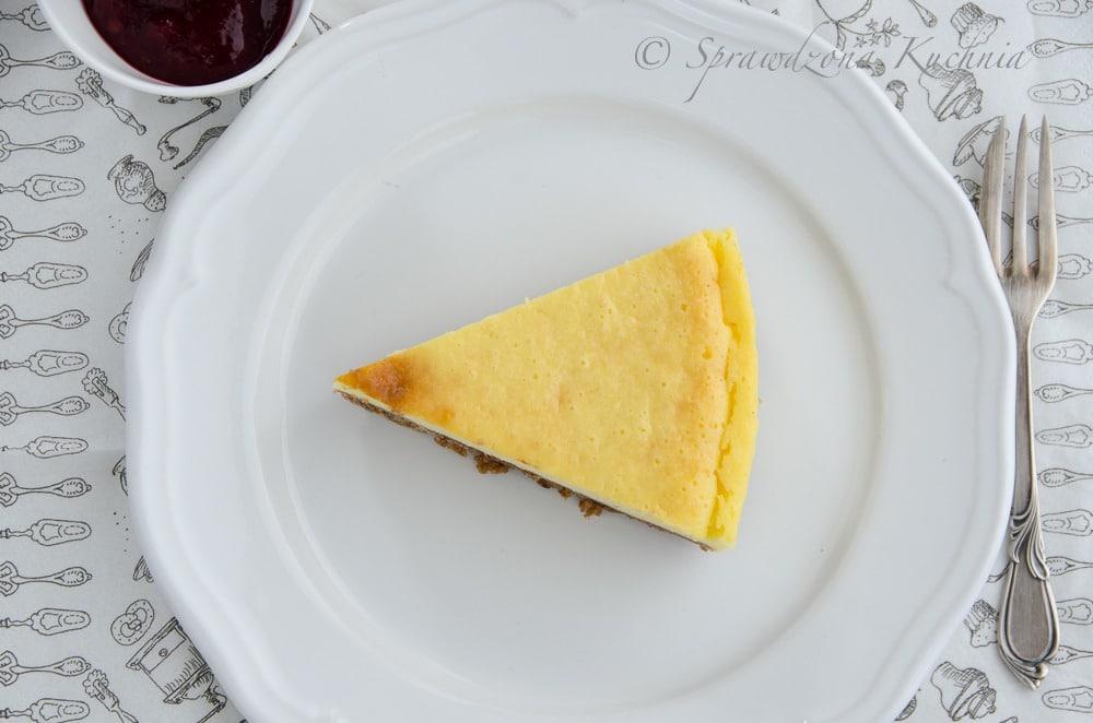 Sernik cytrynowy na talerzu