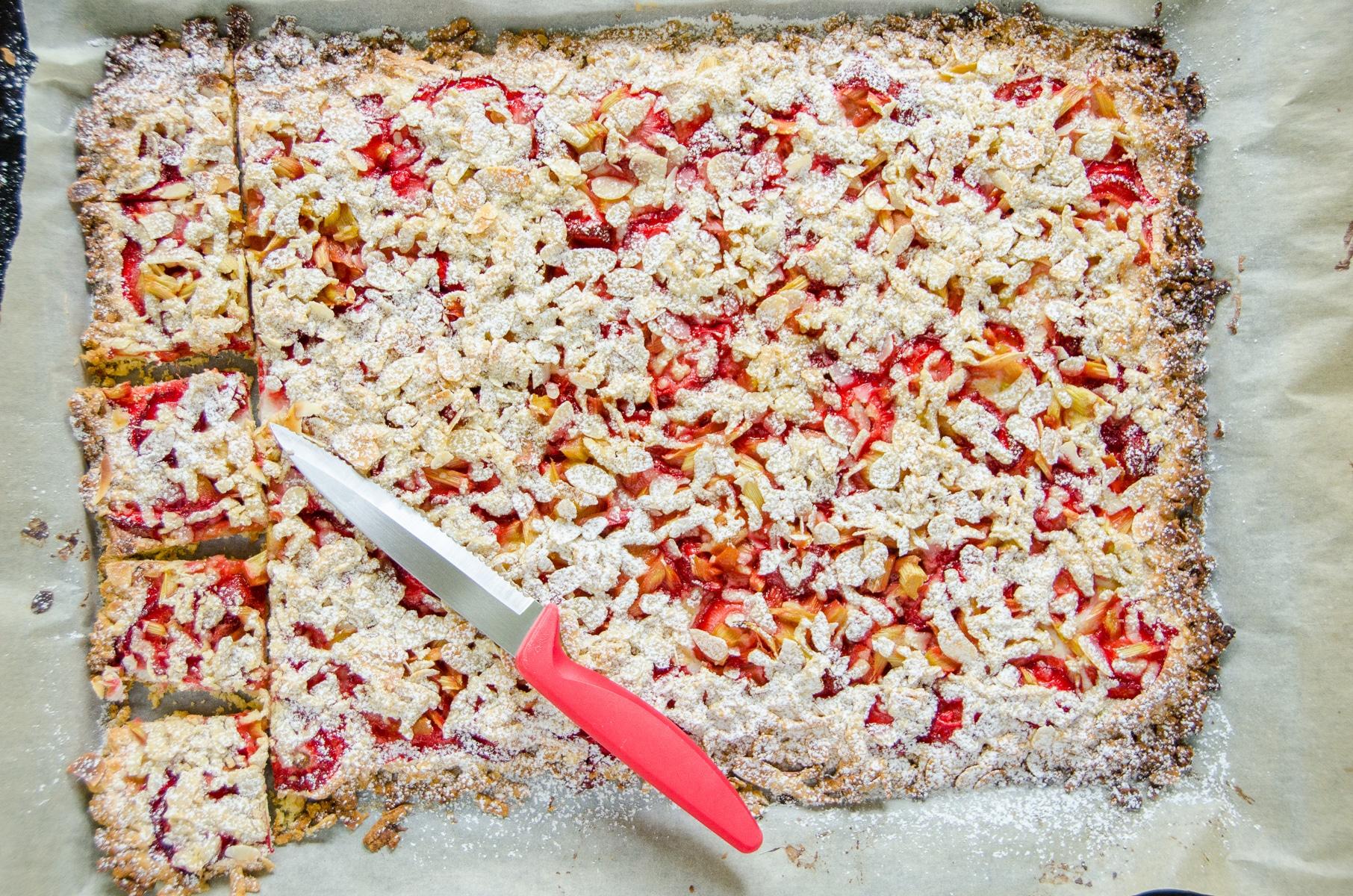 Kruche ciasto bezglutenowe z truskawkami i rabarbarem