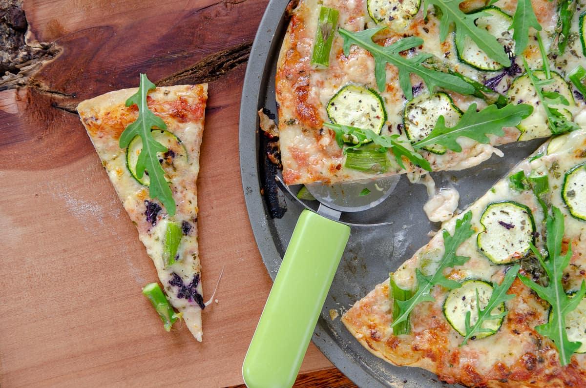 pizza z cukinia i szparagami
