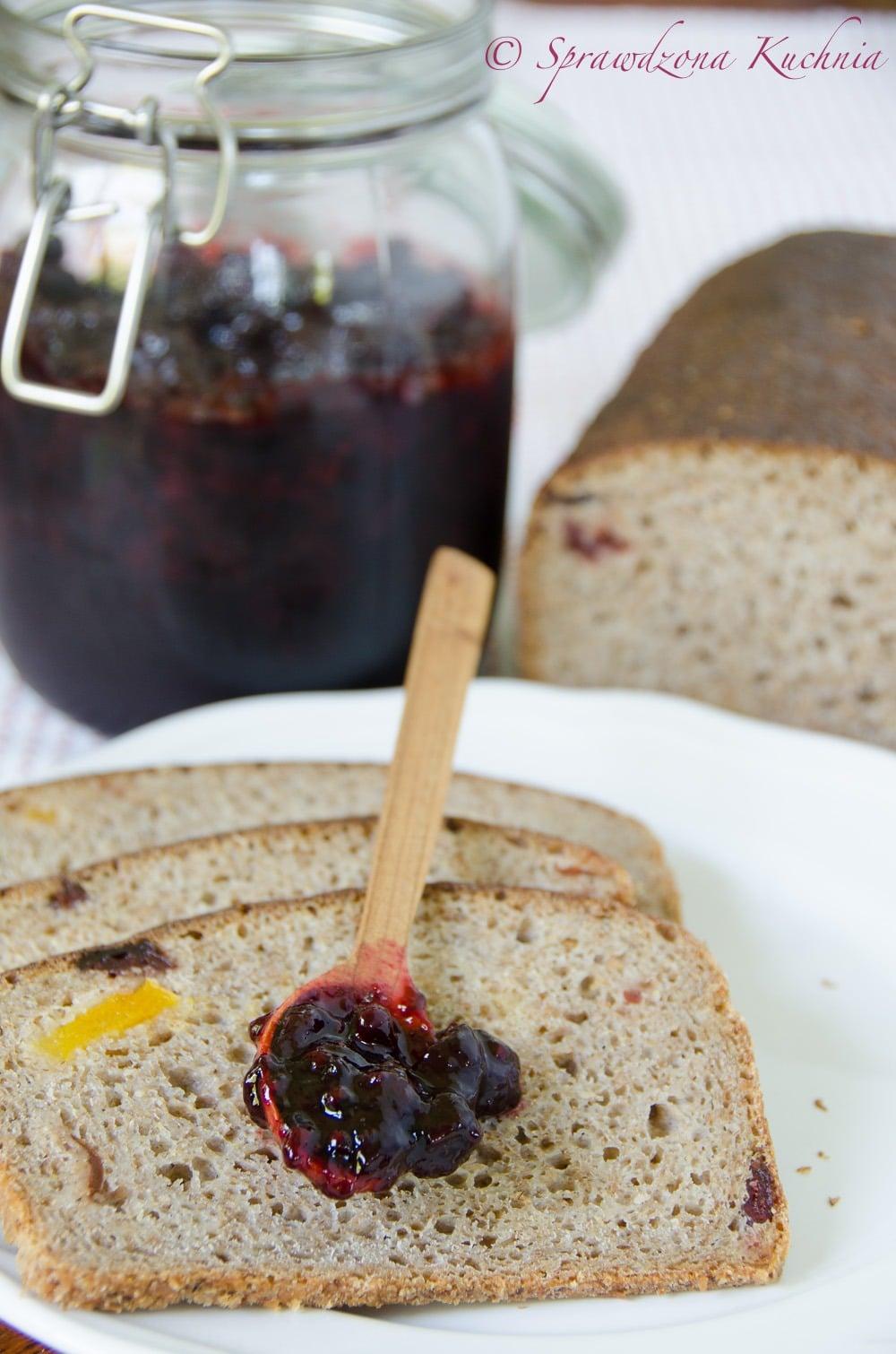Chleb zytni z zurawina i morela