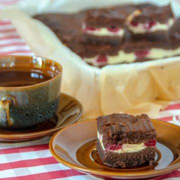 sernik z malinami w otulinie z brownie