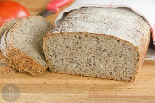 chleb zytni z ziarnami