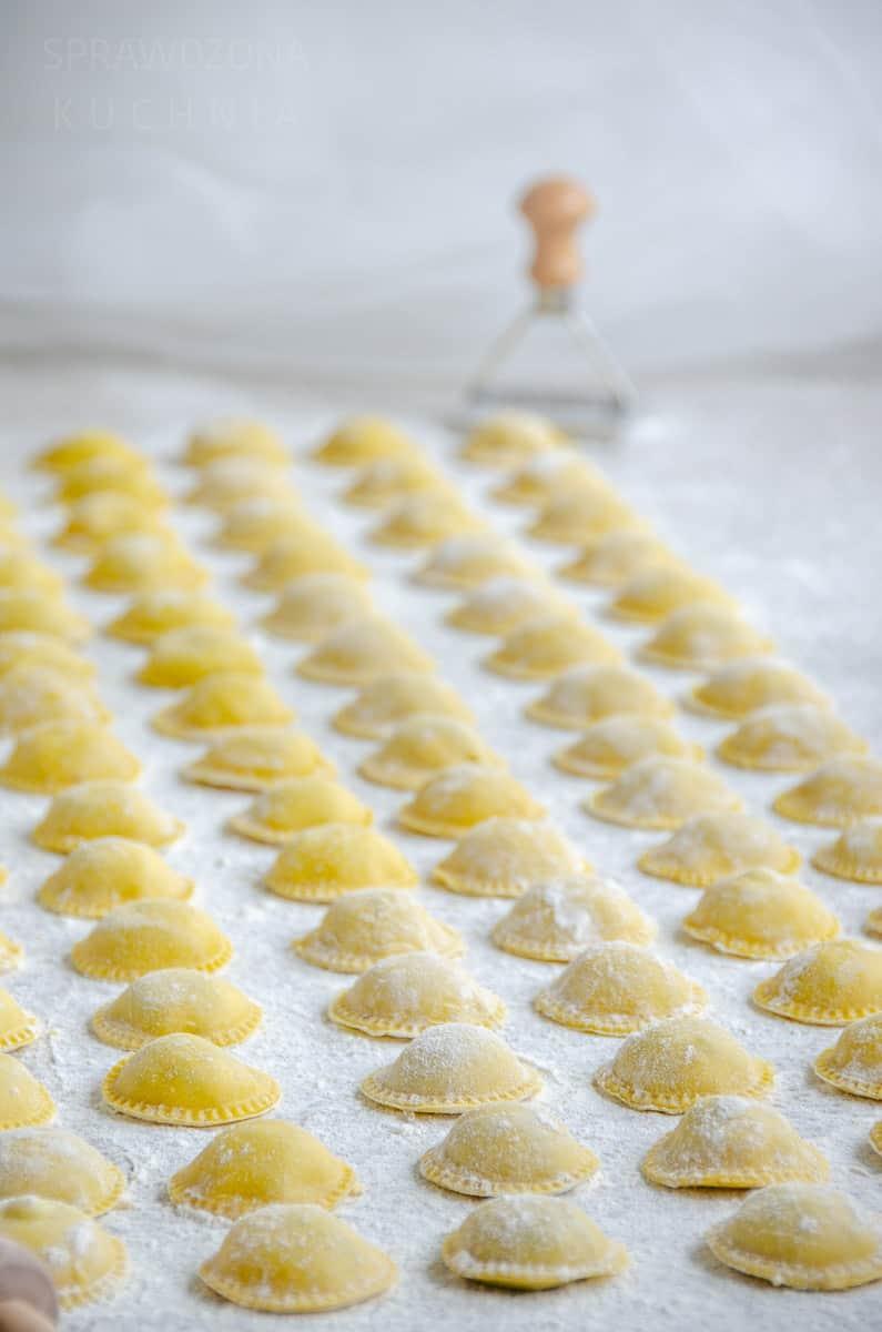 ravioli ze szpinakiem i grzybami cała rzędy ravioli jeszcze surowe