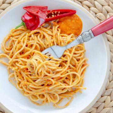 Spaghetti z paprykowym pesto